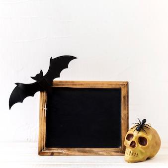 Decorações de halloween perto de lousa