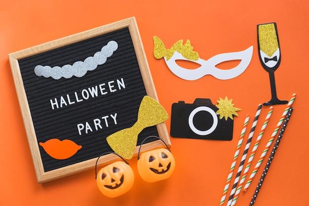 Decorações de halloween perto de quadro com a escrita
