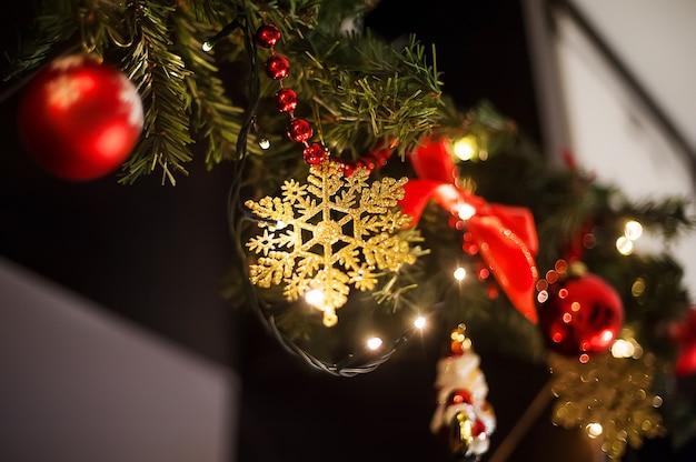 Decorações de interiores de natal. guirlandas de abeto na parede, grinalda e luzes de natal
