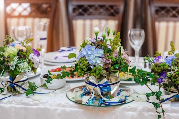Decorações de mesa com flores para um jantar de casamento