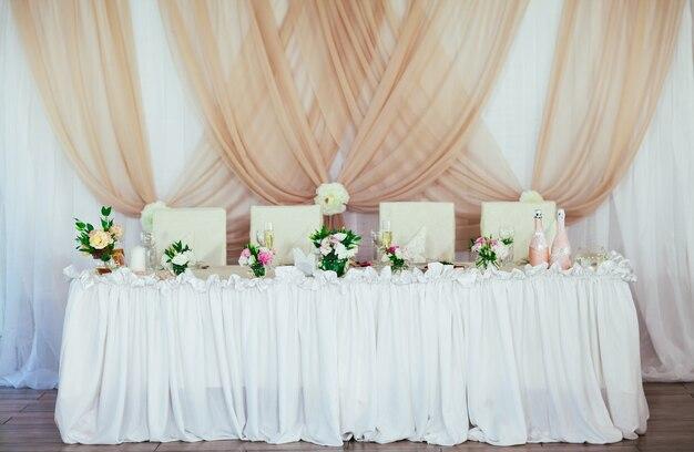 Decorações de mesa de casamento no restaurante.