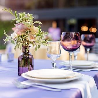Decorações de mesa de flores para férias e jantar de casamento.