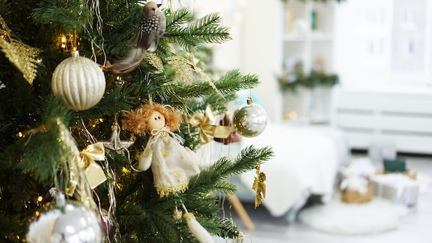 Decorações de natal, árvore de natal, presentes, ano novo em dourado e branco