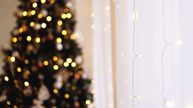 Decorações de natal, árvore de natal, presentes, ano novo na cor dourada - fundo desfocado