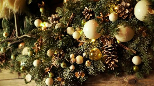 Decorações de natal, árvore de natal, presentes, ano novo na cor dourada