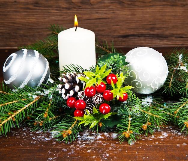 Decorações de natal branco em ramos de abeto