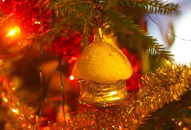 Decorações de natal coloridas em galhos de árvores de abeto close-up.