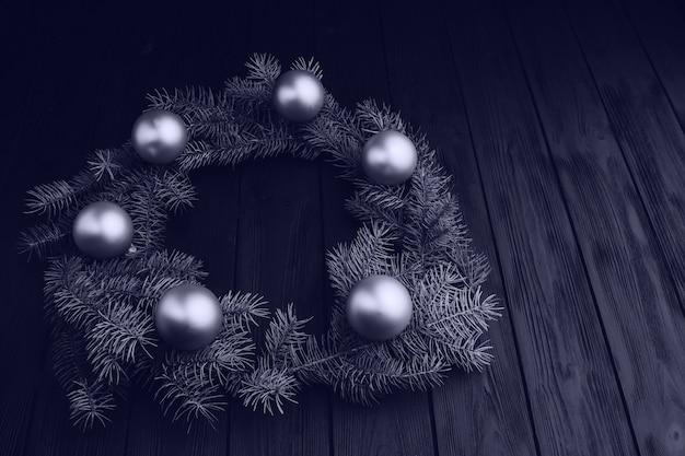 Decorações de natal coloridas na mesa de madeira preta. bolas de natal com fundo de madeira.