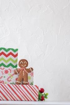 Decorações de natal com bonecos de gengibre e caixa de presente