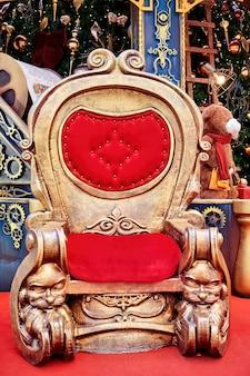 Decorações de natal com cadeira vermelha