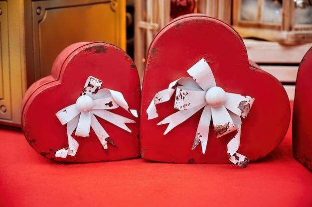 Decorações de natal com corações vermelhos