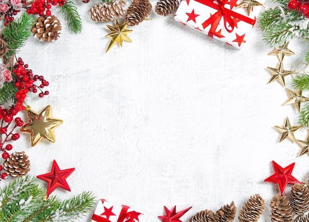 Decorações de natal com enfeites de ouro vermelho sobre fundo branco
