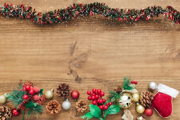 Decorações de natal com enfeites vermelhos e espaço para texto