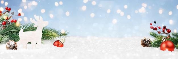 Decorações de natal com luzes douradas em um monte de neve