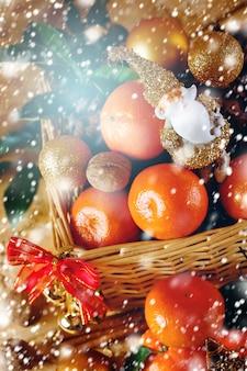 Decorações de natal com tangerina e brinquedo papai noel