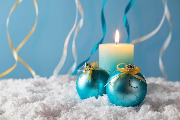 Decorações de natal com vela na neve