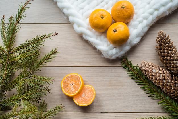 Decorações de natal de galhos de pinheiro e frutos da mandarina