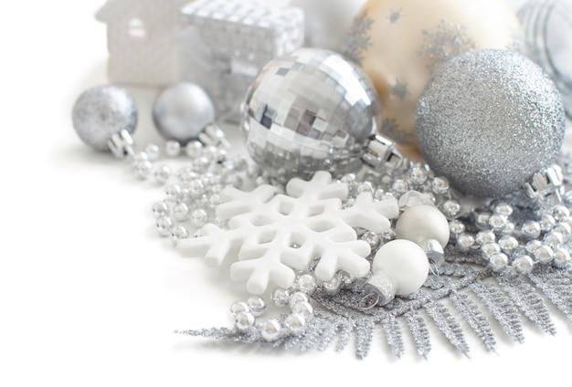Decorações de natal de natal em prata e creme