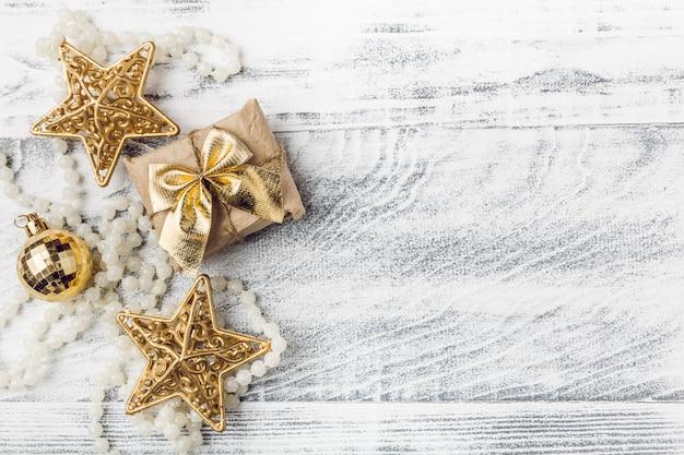 Decorações de natal douradas com flocos de neve