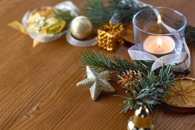 Decorações de natal douradas com ramos de pinheiro