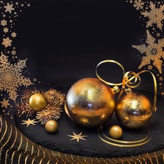 Decorações de natal douradas no inverno