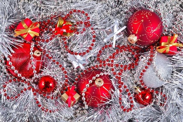 Decorações de natal douradas, prateadas e vermelhas para o fundo