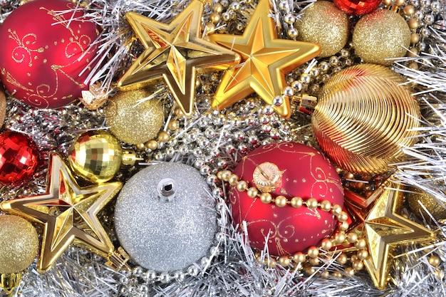 Decorações de natal douradas, prateadas e vermelhas