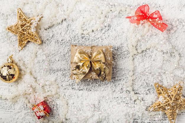 Decorações de natal douradas sobre fundo nevado