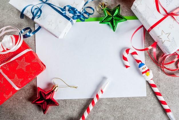 Decorações de natal e caixas de presente, uma xícara de chocolate quente e caneta em forma de pirulito