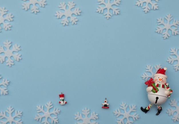 Decorações de natal e flocos de neve brancos