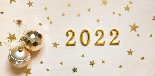 Decorações de natal e numerais 2022 em fundo de madeira.