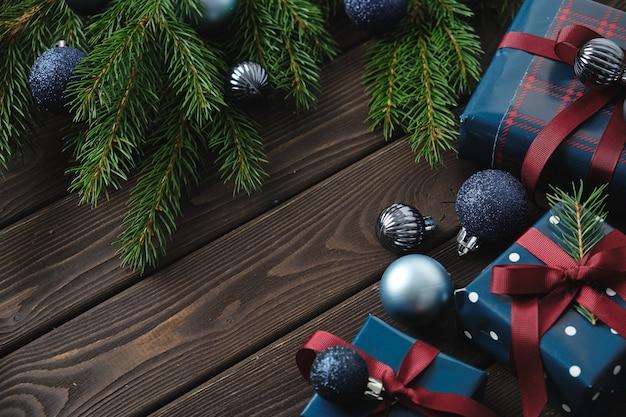 Decorações de natal e presentes de natal em uma velha mesa de madeira. fundo de natal.