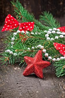 Decorações de natal e ramos de abeto na mesa de madeira velha