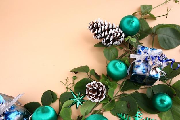 Decorações de natal e videiras e pinhas secas e presentes