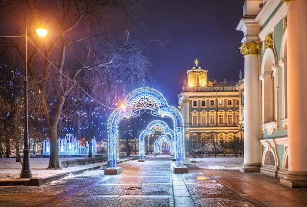 Decorações de natal em forma de arcos perto do hermitage em são petersburgo em uma noite de inverno