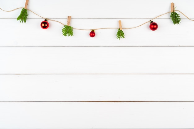 Decorações de natal em fundo branco de madeira, com espaço de cópia