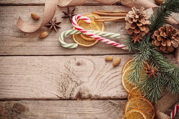 Decorações de natal em fundo de madeira velha