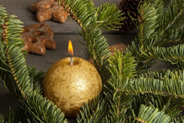 Decorações de natal em fundo de madeira