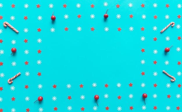 Decorações de natal em fundo de papel azul com copyspace. vista plana, vista superior