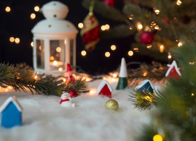 Decorações de natal em lã branca com luzes bokeh