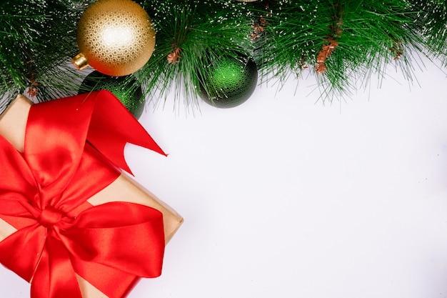 Decorações de natal em um fundo branco, vista de cima, espaço livre para design