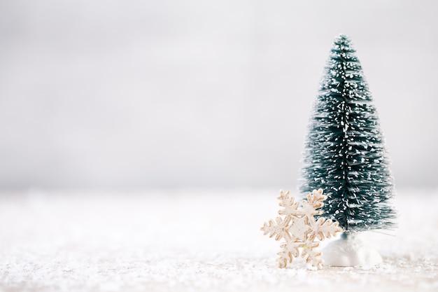 Decorações de natal em um fundo de neve