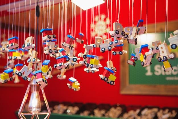 Decorações de natal em um mercado de natal. feliz natal, linda decoração festiva, lindos brinquedos para o ano novo