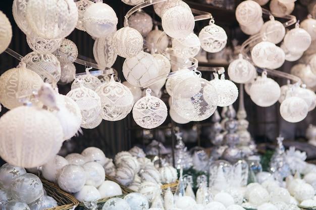 Decorações de natal em um mercado de natal.