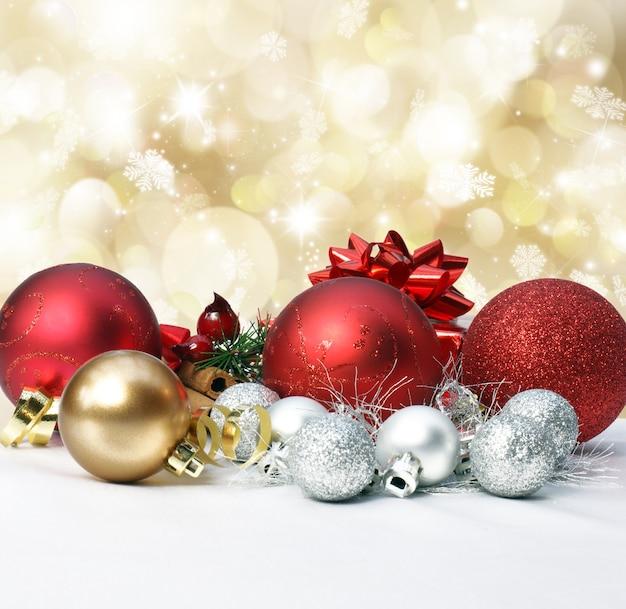 Decorações de natal em um ouro com luzes bokeh e estrelas