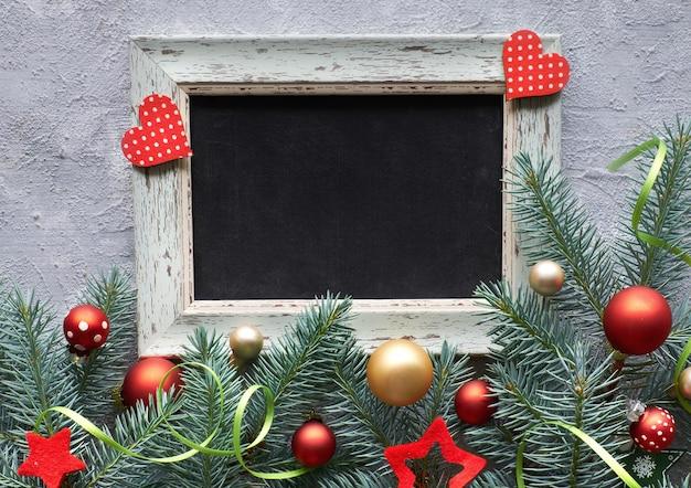 Decorações de natal em verde e vermelho, layout plano com espaço de texto
