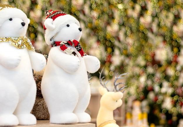 Decorações de natal exibidas para venda na loja.