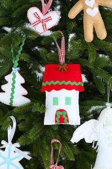 Decorações de natal feitas à mão na árvore de natal