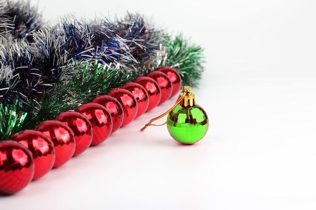 Decorações de natal feitas de joias e brinquedos em um fundo branco
