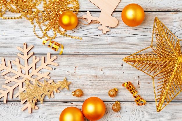 Decorações de natal flatlay na superfície de madeira clara